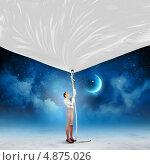 Купить «Бизнесвумен в строгом костюме тянет вниз за веревку пустой плакат», фото № 4875026, снято 13 июля 2020 г. (c) Sergey Nivens / Фотобанк Лори