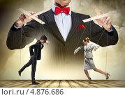 Купить «Бизнесмен-кукловод разыгрывает спектакль с двумя марионетками», фото № 4876686, снято 26 ноября 2012 г. (c) Sergey Nivens / Фотобанк Лори