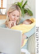 Купить «Ласковая мама держит своего ребенка на диване», фото № 4877062, снято 31 октября 2011 г. (c) Wavebreak Media / Фотобанк Лори