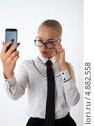 Деловая женщина в очках фотографирует себя на смарфон. Стоковое фото, фотограф Vitali Armon / Фотобанк Лори
