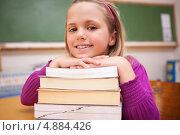 Купить «Счастливая школьница позирует со стопкой книг», фото № 4884426, снято 5 ноября 2011 г. (c) Wavebreak Media / Фотобанк Лори