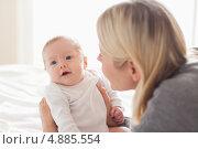 Купить «Мама держит новорожденного», фото № 4885554, снято 31 октября 2011 г. (c) Wavebreak Media / Фотобанк Лори