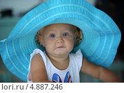 Маленькая девочка в бирюзовой шляпе. Стоковое фото, фотограф Роман Кокорев / Фотобанк Лори