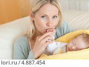 Купить «Мама радуется своему малышу», фото № 4887454, снято 31 октября 2011 г. (c) Wavebreak Media / Фотобанк Лори