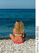 Купить «Молодая женщина  сидит на берегу моря в купальнике», фото № 4889082, снято 12 июля 2013 г. (c) Тимур Ахмадулин / Фотобанк Лори