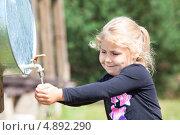Купить «Маленькая девочка моет руки», фото № 4892290, снято 20 июля 2013 г. (c) Кекяляйнен Андрей / Фотобанк Лори