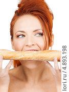 Купить «Девушка с аппетитом кусает длинный бутерброд», фото № 4893198, снято 14 ноября 2009 г. (c) Syda Productions / Фотобанк Лори
