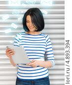 Купить «Студентка в тельняшке с планшетным компьютером», фото № 4893394, снято 7 апреля 2012 г. (c) Syda Productions / Фотобанк Лори