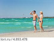 Купить «Влюбленная молодая пара проводит время у моря на пляже», фото № 4893478, снято 4 августа 2012 г. (c) Syda Productions / Фотобанк Лори
