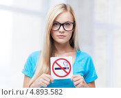 """Купить «Девушка в очках со знаком """"Курение запрещено""""», фото № 4893582, снято 30 марта 2013 г. (c) Syda Productions / Фотобанк Лори"""