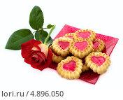 Купить «Печенье в форме сердец и красная роза», фото № 4896050, снято 13 июля 2013 г. (c) Елена Силкова / Фотобанк Лори