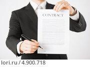 Купить «Бизнесмен подписывает документы о сделке», фото № 4900718, снято 21 марта 2013 г. (c) Syda Productions / Фотобанк Лори
