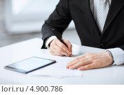Купить «Бизнесмен подписывает документы о сделке», фото № 4900786, снято 22 марта 2013 г. (c) Syda Productions / Фотобанк Лори