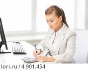 Купить «Успешная молодая офисная сотрудница работает в кабинете», фото № 4901454, снято 1 июня 2013 г. (c) Syda Productions / Фотобанк Лори