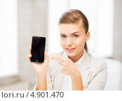 Купить «Деловая девушка со смартфоном в офисе», фото № 4901470, снято 1 июня 2013 г. (c) Syda Productions / Фотобанк Лори