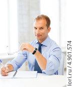 Купить «Офисный сотрудник средних лето работает с бумагами в офисе», фото № 4901574, снято 9 июня 2013 г. (c) Syda Productions / Фотобанк Лори