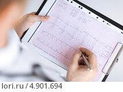 Купить «Врач просматривает результаты кардиограммы», фото № 4901694, снято 8 мая 2013 г. (c) Syda Productions / Фотобанк Лори
