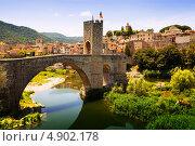 Купить «Средневековый мост с антикварными воротами», фото № 4902178, снято 2 июля 2013 г. (c) Яков Филимонов / Фотобанк Лори