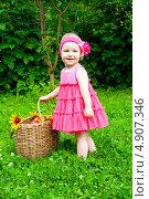 Купить «Маленькая девочка с корзиной фруктов», эксклюзивное фото № 4907346, снято 11 июля 2013 г. (c) Куликова Вероника / Фотобанк Лори