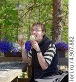 Купить «Молодой человек с двумя порциями мороженого. Сложный выбор», фото № 4907882, снято 8 июля 2013 г. (c) Валерия Попова / Фотобанк Лори