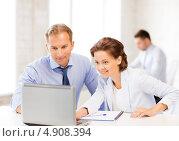 Купить «Двое коллег работают в офисе», фото № 4908394, снято 9 июня 2013 г. (c) Syda Productions / Фотобанк Лори
