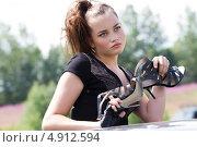 Девушка пытается выбраться из застрявшего в грязи автомобиля. Стоковое фото, фотограф Момотюк Сергей / Фотобанк Лори