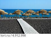Купить «Черный пляж на острове Санторини, Перисса», фото № 4912998, снято 5 сентября 2010 г. (c) ElenArt / Фотобанк Лори