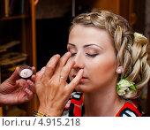 Купить «Визажист делает макияж на глазах молодой симпатичной девушке», эксклюзивное фото № 4915218, снято 15 июня 2013 г. (c) Игорь Низов / Фотобанк Лори