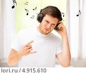 Купить «Молодой меломан с наушниками наслаждается музыкой», фото № 4915610, снято 6 июня 2013 г. (c) Syda Productions / Фотобанк Лори