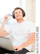 Купить «Молодой меломан с наушниками наслаждается музыкой», фото № 4915666, снято 6 июня 2013 г. (c) Syda Productions / Фотобанк Лори