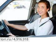 Купить «Красивая улыбающаяся девушка сидит за рулем автомобиля», фото № 4916918, снято 28 июня 2013 г. (c) Nobilior / Фотобанк Лори