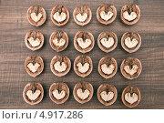 Квадрат из половинок грецких орехов на столе. Стоковое фото, фотограф Вероника Конкина / Фотобанк Лори