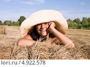 Купить «Красивая женщина в шляпе радуется летнему дню», фото № 4922578, снято 31 июля 2013 г. (c) Мария Сударикова / Фотобанк Лори