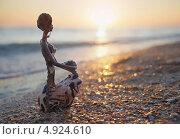 Купить «Чернокожая девушка грустит на закате, статуэтка», фото № 4924610, снято 6 сентября 2012 г. (c) Анна Мишина / Фотобанк Лори