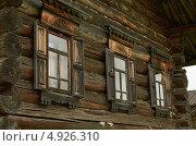Окна бревенчатой избы. Стоковое фото, фотограф Наталия Жолобова / Фотобанк Лори