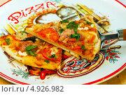 Купить «Итальянская пицца с колбасой, сыром и помидорами», фото № 4926982, снято 1 августа 2011 г. (c) ElenArt / Фотобанк Лори