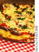 Купить «Итальянская пицца с колбасой, сыром и помидорами», фото № 4927006, снято 10 декабря 2011 г. (c) ElenArt / Фотобанк Лори