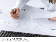 Девушка-бухгалтер работает со счетами в офисе. Стоковое фото, фотограф Syda Productions / Фотобанк Лори
