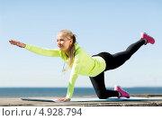 Купить «Молодая женщина выполняет спортивные упражнения на свежем воздухе», фото № 4928794, снято 19 июня 2013 г. (c) Syda Productions / Фотобанк Лори