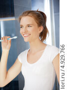 Купить «Юная девушка чистит зубы в ванной комнате», фото № 4929766, снято 3 июля 2012 г. (c) Syda Productions / Фотобанк Лори