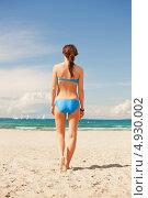 Купить «Счастливая брюнетка в синем раздельном купальнике на фоне яркого неба у моря», фото № 4930002, снято 21 июля 2012 г. (c) Syda Productions / Фотобанк Лори