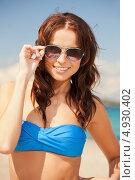 Купить «Стройная девушка в синем бикини отдыхает у моря летом», фото № 4930402, снято 21 июля 2012 г. (c) Syda Productions / Фотобанк Лори