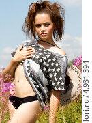 Портрет девушки среди полевых цветов. Стоковое фото, фотограф Момотюк Сергей / Фотобанк Лори