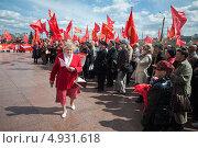 Дама в красном идет перед толпой коммунистов (2013 год). Редакционное фото, фотограф Даниил Максюков / Фотобанк Лори