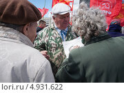 Мужчина предлагает бабушкам купить газеты (2013 год). Редакционное фото, фотограф Даниил Максюков / Фотобанк Лори