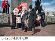 Дедушка в валенках на митинге коммунистов (2013 год). Редакционное фото, фотограф Даниил Максюков / Фотобанк Лори