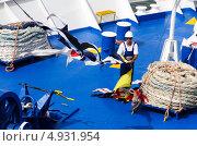 Матрос-рабочий на синей палубе (2013 год). Редакционное фото, фотограф Наталия Пылаева / Фотобанк Лори