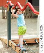 Девочка играет на детской площадке. Стоковое фото, фотограф Яков Филимонов / Фотобанк Лори