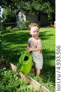 Купить «Мамин помощник с зеленой леечкой», фото № 4933506, снято 7 августа 2013 г. (c) Ирина Кожемякина / Фотобанк Лори