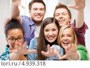 Счастливые юные студенты в группе, фото № 4939318, снято 16 июня 2013 г. (c) Syda Productions / Фотобанк Лори